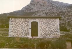 """Δεξαμενή :Ένα κόσμημα αρχιτεκτονικής στη κορφή του χωριού.Κτίστηκε περι το 1930  με εθελοντισμό και με μεγάλη βοήθεια από το Σύλλογο Λυκουριωτών της Αμερικής """" ο Άγιος Γεώργιος¨"""