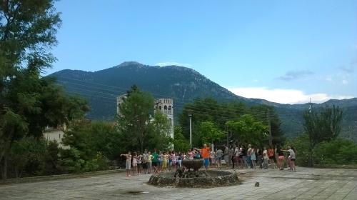 Πρόβα του χορευτικού στην πλατεία του χωριού με «χοροδιδάσκαλο» τον Σωκράτη Μούσιο και φόντο το αγαπημένο μας βουνό