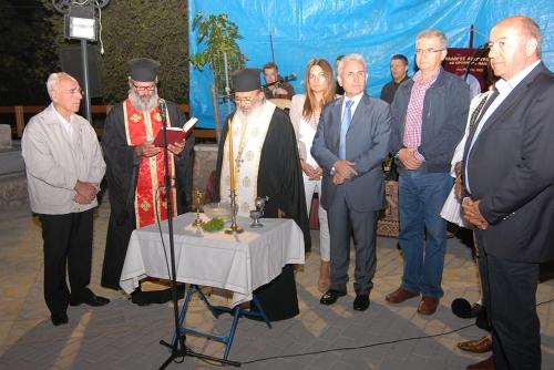 Ο αγιασμός της πλατείας από τους Πατήρ Δημήτριο και Πατήρ Γεώργιο