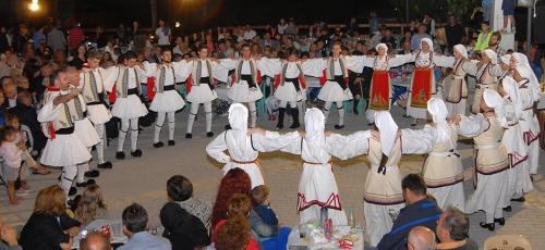 Το χορευτικό στην ανακαινισμένη πλατεία του χωριού